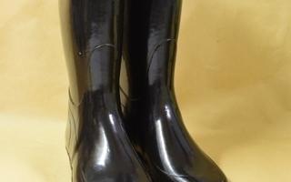 Kumisaappaat mustat, sisäp. 22,5 cm, varrenk. 35 cm.