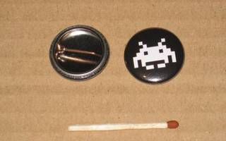 """Space Invaders Alien rintanappi 1"""" #a1"""