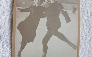 Ludovika ja Walter Jakobsson Postikortti luistelu