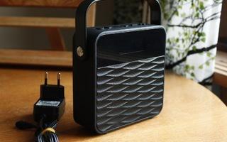 Musta langaton Bluetooth kaiutin radiolla + virtalähde